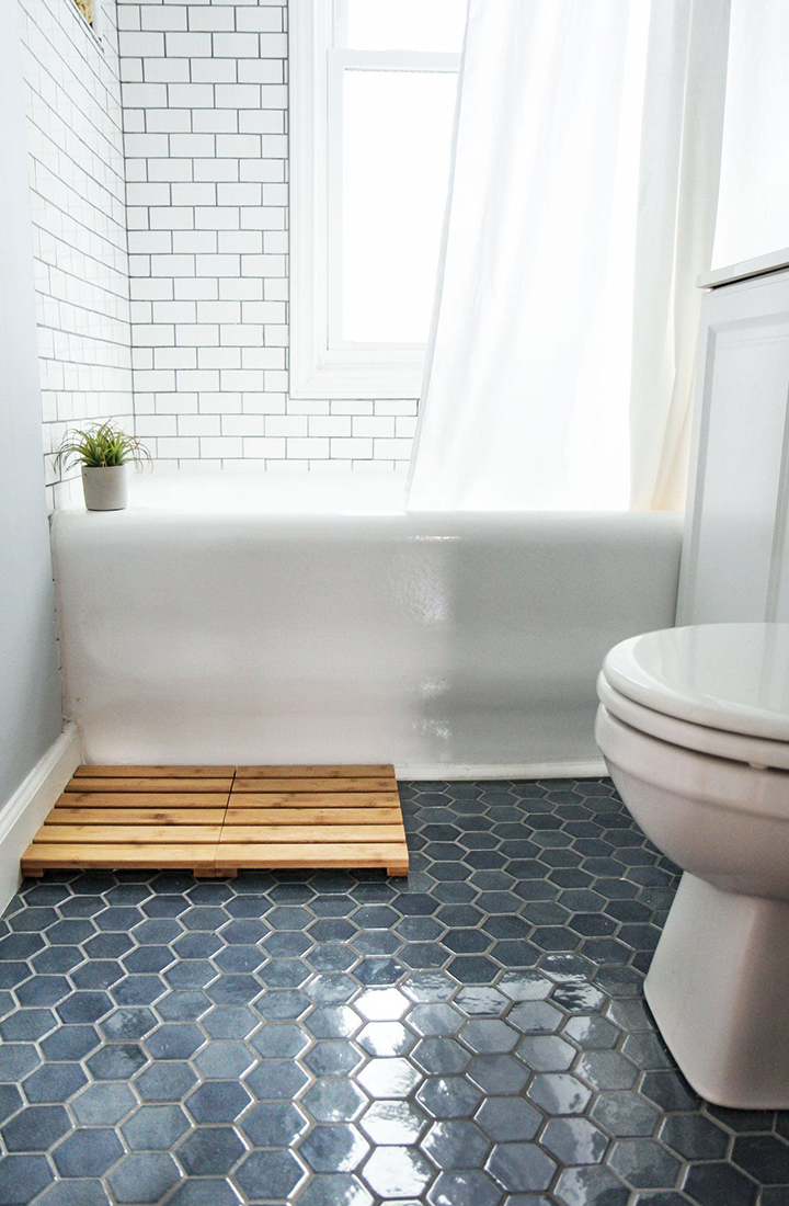 nhà tắm lát gạch lục giác màu xanh dương