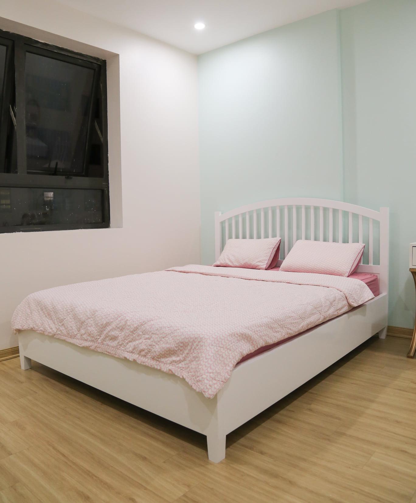 Chiếc giường màu trắng, thiết kế tối giản chi tiết để không rối mắt.