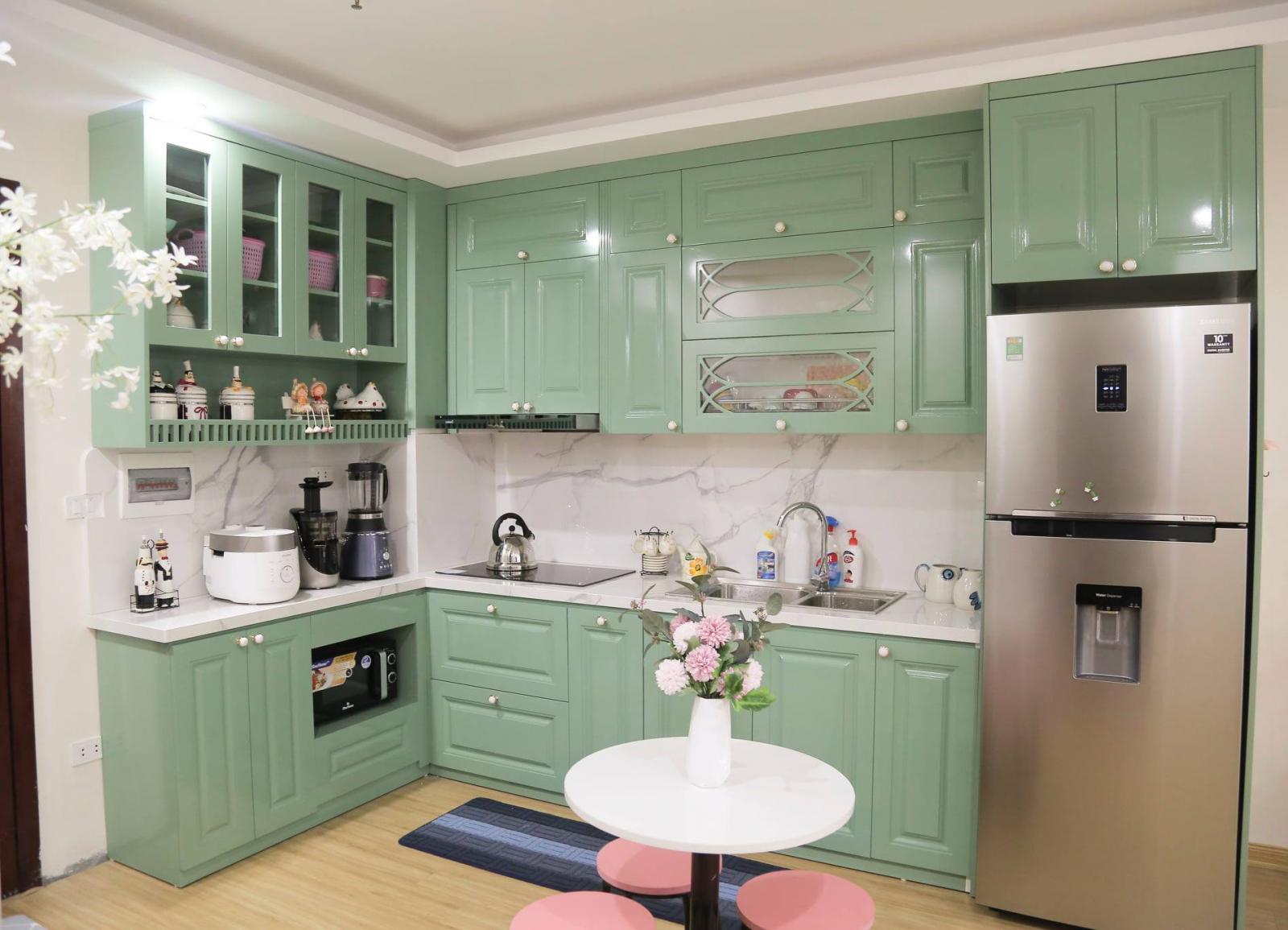 """Căn bếp màu xanh bạc hà lạ mắt là """"điểm cộng"""" lớn nhất của căn hộ"""
