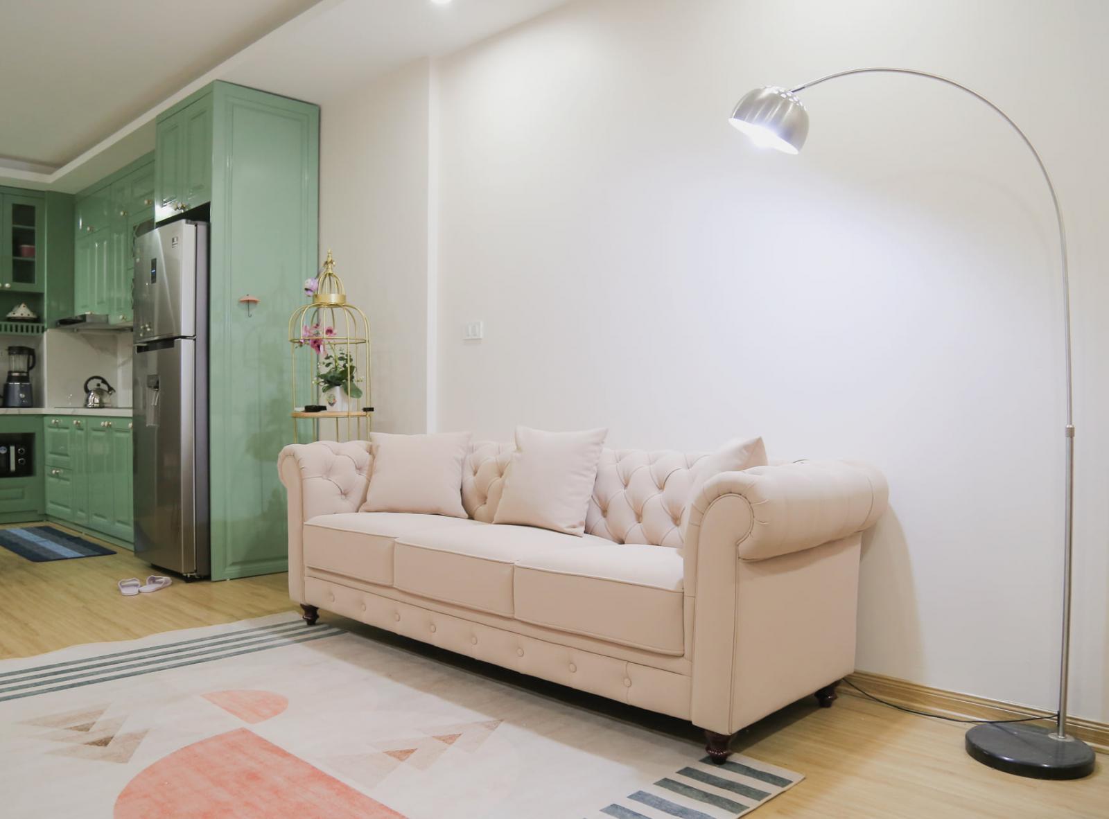 Sofa xinh xắn bên cạnh chiếc đèn cây thiết kế hiện đại