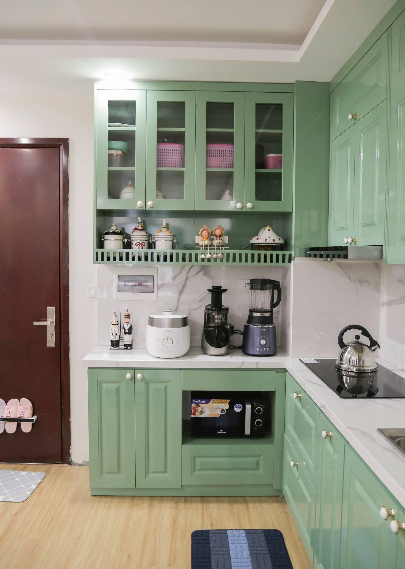 Hệ thống tủ bếp làm bằng gỗ MDF Thái Lan chống ẩm, phủ chất liệu Melamin.