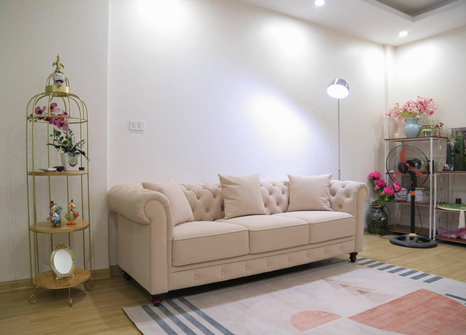 """Phòng khách tông sáng với thiết kế đơn giản, """"sang vừa đủ""""."""