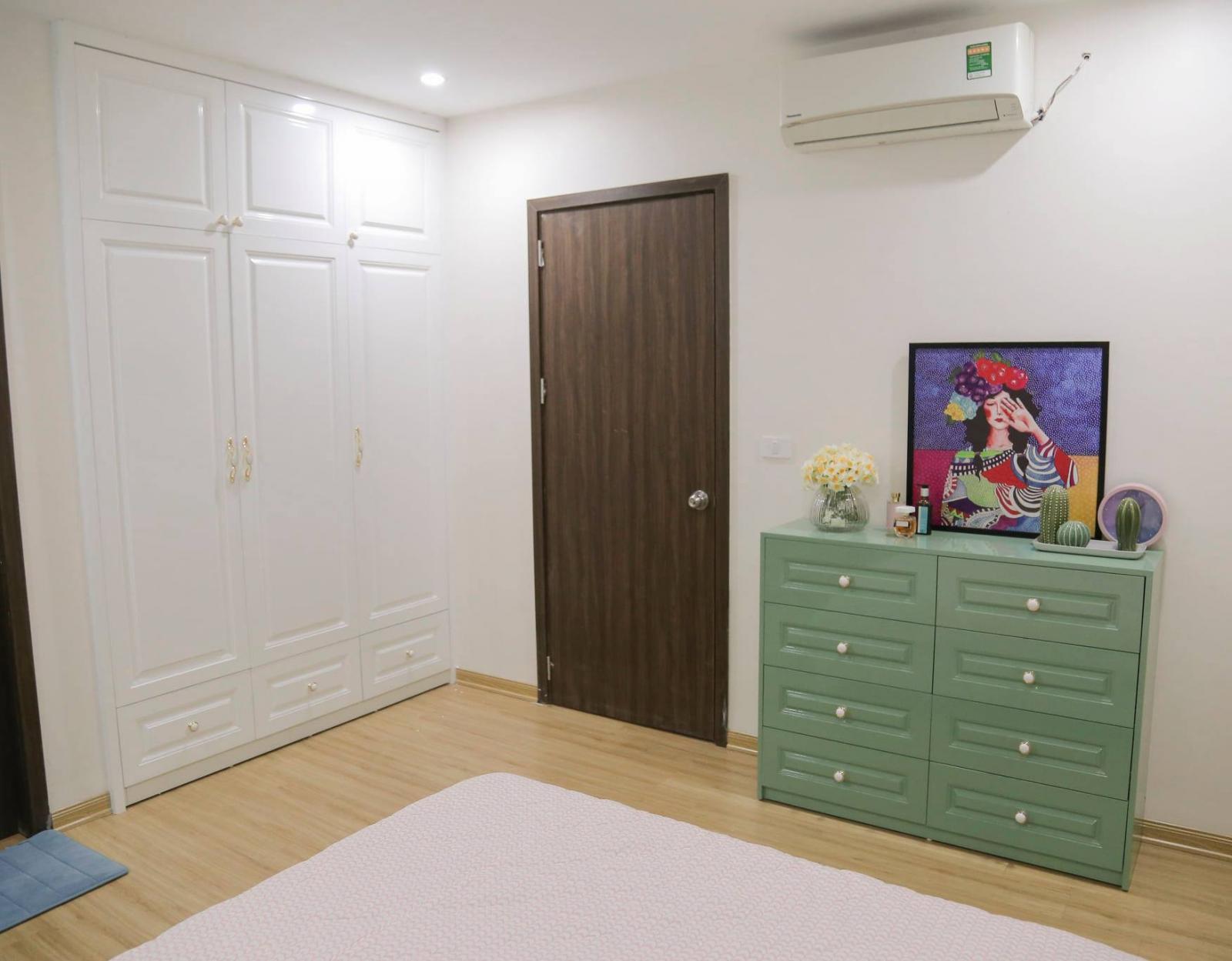 Không gian phòng ngủ có đồ nội thất cơ bản như giường, tủ quần áo.