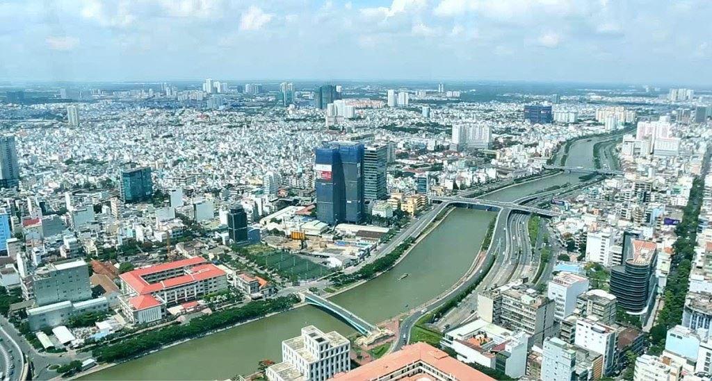 thành phố hai bên sông với nhiều công trình cao tầng nhìn từ trên cao