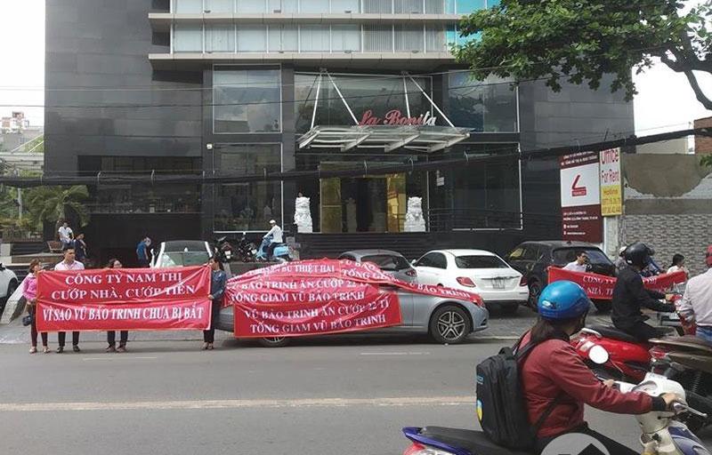 cư dân căng băng rôn trước cửa tòa nhà chung cư