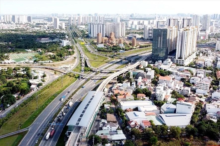 nhiều tòa nhà cao tầng trong thành phố và nhiều tuyến đường