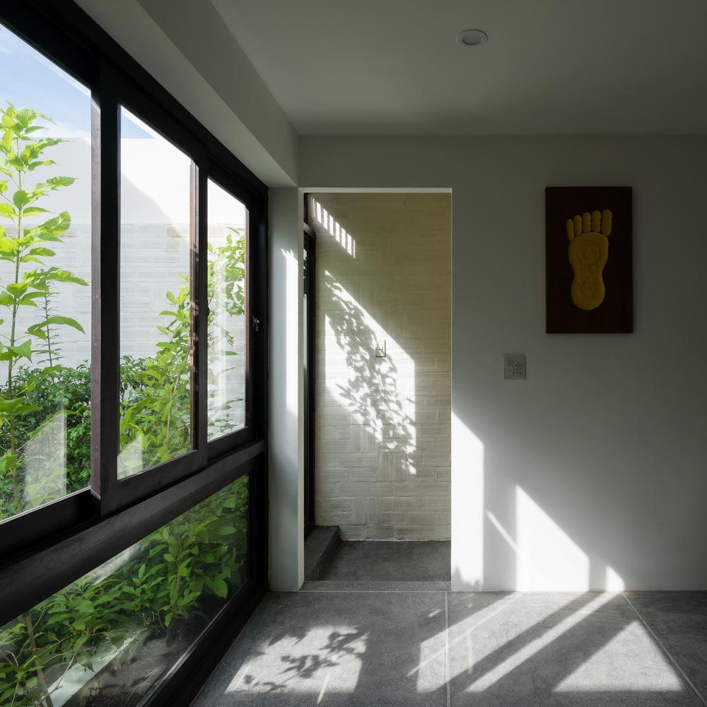 Những khoảng thông tầng mang ánh sáng và thông gió tự nhiên cho hầu hết các không gian trong nhà.