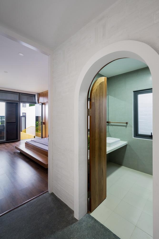 Phòng tắm với thiết kế cửa mái vòm trang nhã