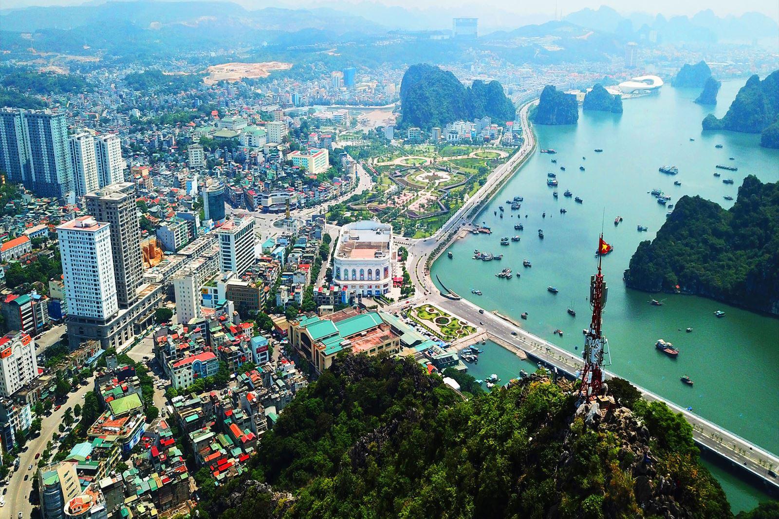 thành phố với nhiều công trình nằm ven vịnh