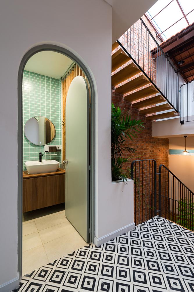 Thiết kế cửa mái vòm và sàn gạch họa tiết tạo hiệu ứng thị giác