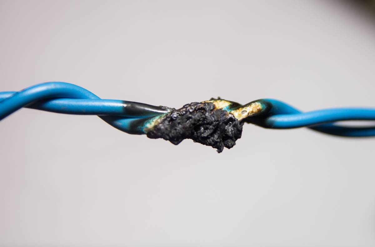 dây điện cháy đen