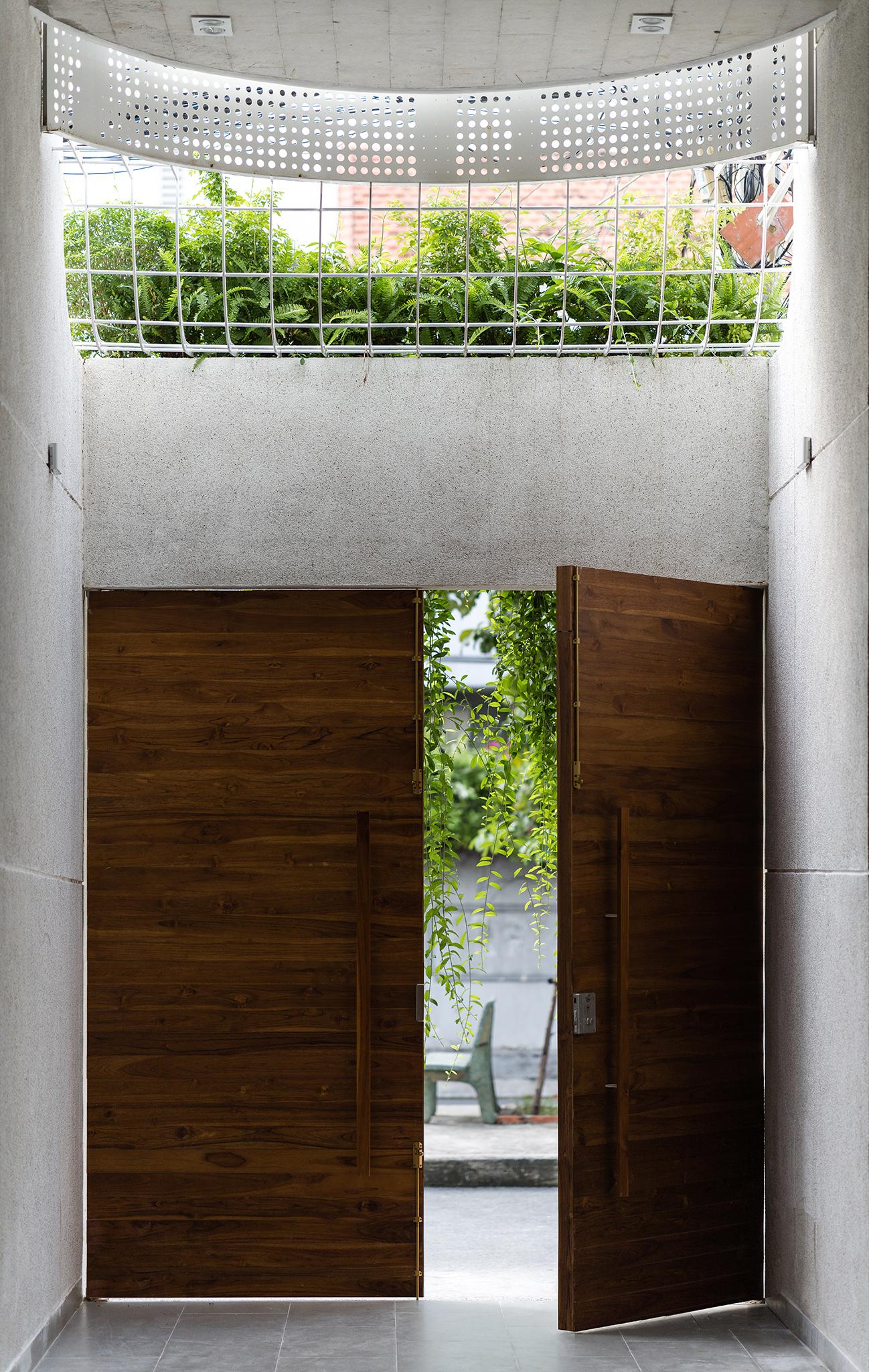 cánh cổng nhà bằng gỗ