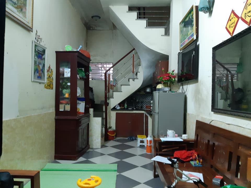 tầng 1 của một căn nhà phố nhỏ có nhiều đồ đạc lộn xộn trong nhà