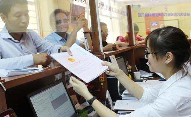 người dân làm thủ tục liên quan đến sổ hồng tại văn phòng đăng ký đất đai