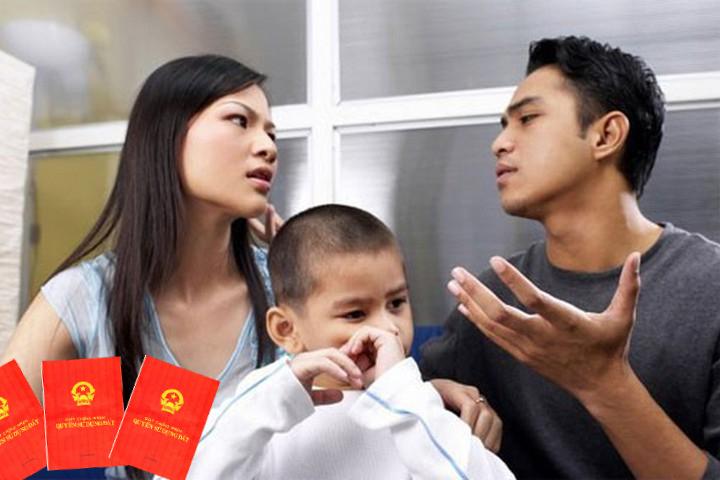 một gia đình với bố mẹ và con, 2 bố mẹ đang tranh cãi về vấn đề sổ đỏ