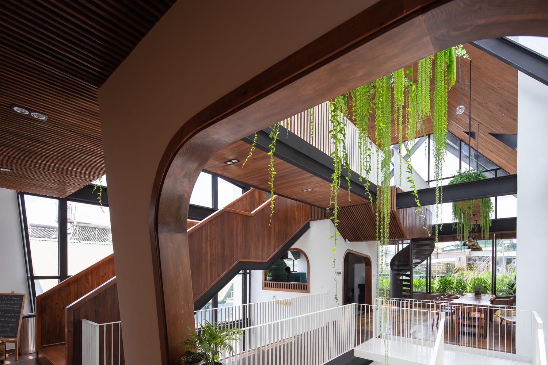 Cấu trúc ngôi nhà là sự kết hợp của các loại thép định hình.