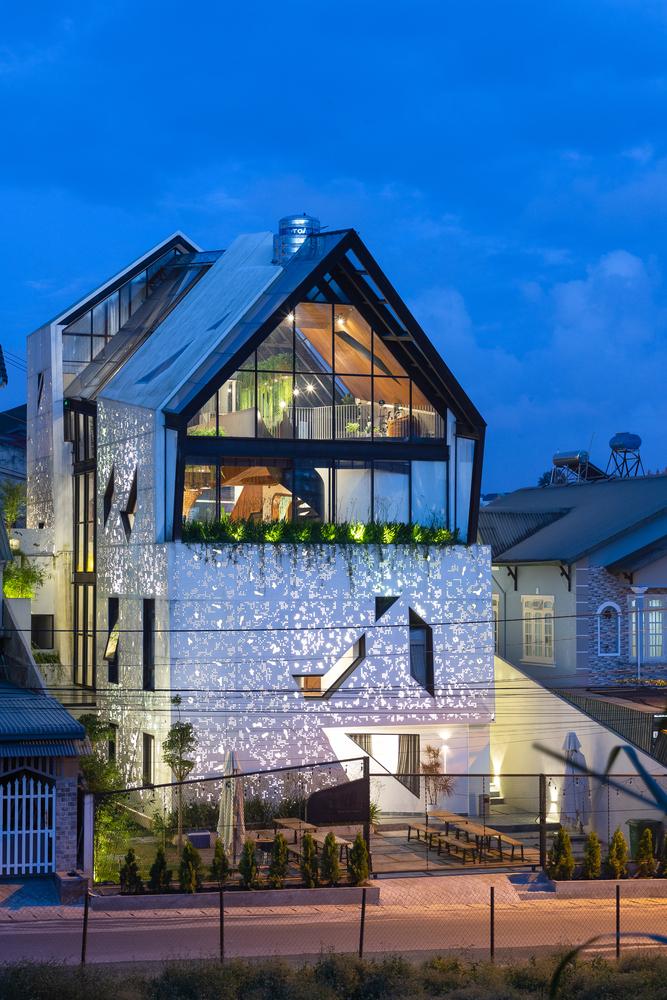 Ngôi nhà được bao phủ bằng lớp thép cắt CNC có hoa văn độc đáo
