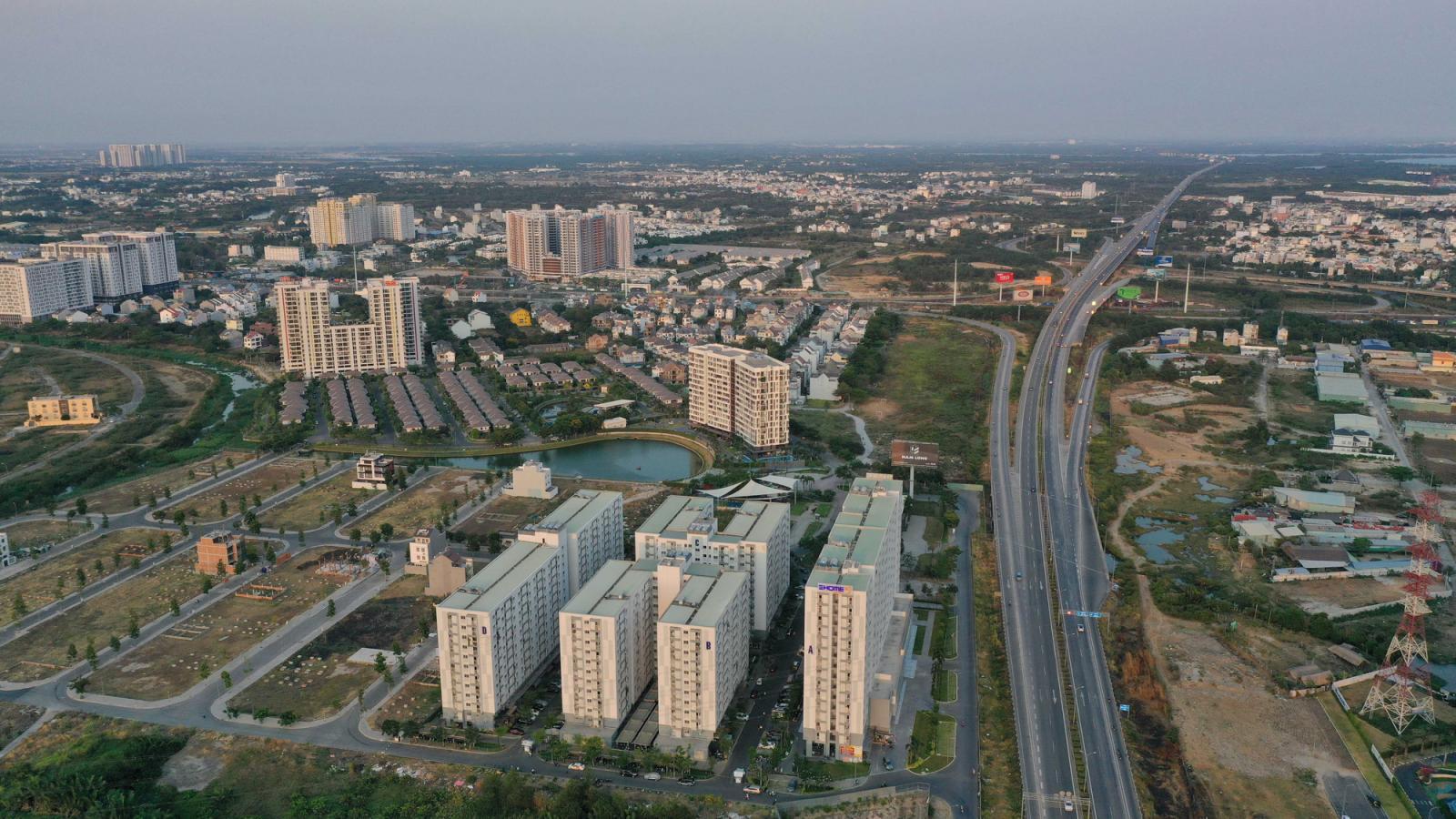 thành phố nhìn từ trên cao có nhiều công trình xây dựng nằm cạnh trục đường lớn