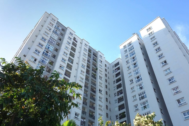 ảnh chụp tòa chung cư cao tầng từ góc thấp
