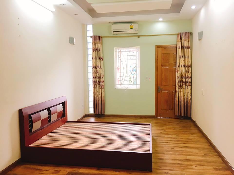 một chiếc giường ngủ đặt bên trong một căn phòng