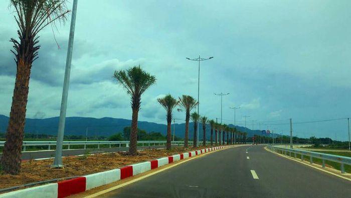 tuyến quốc lộ có hàng cây ở giữa