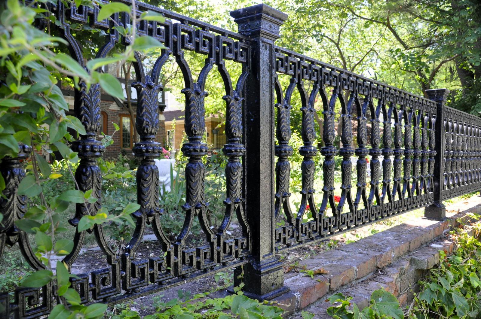 Hàng rào sắt có hoa văn đẹp
