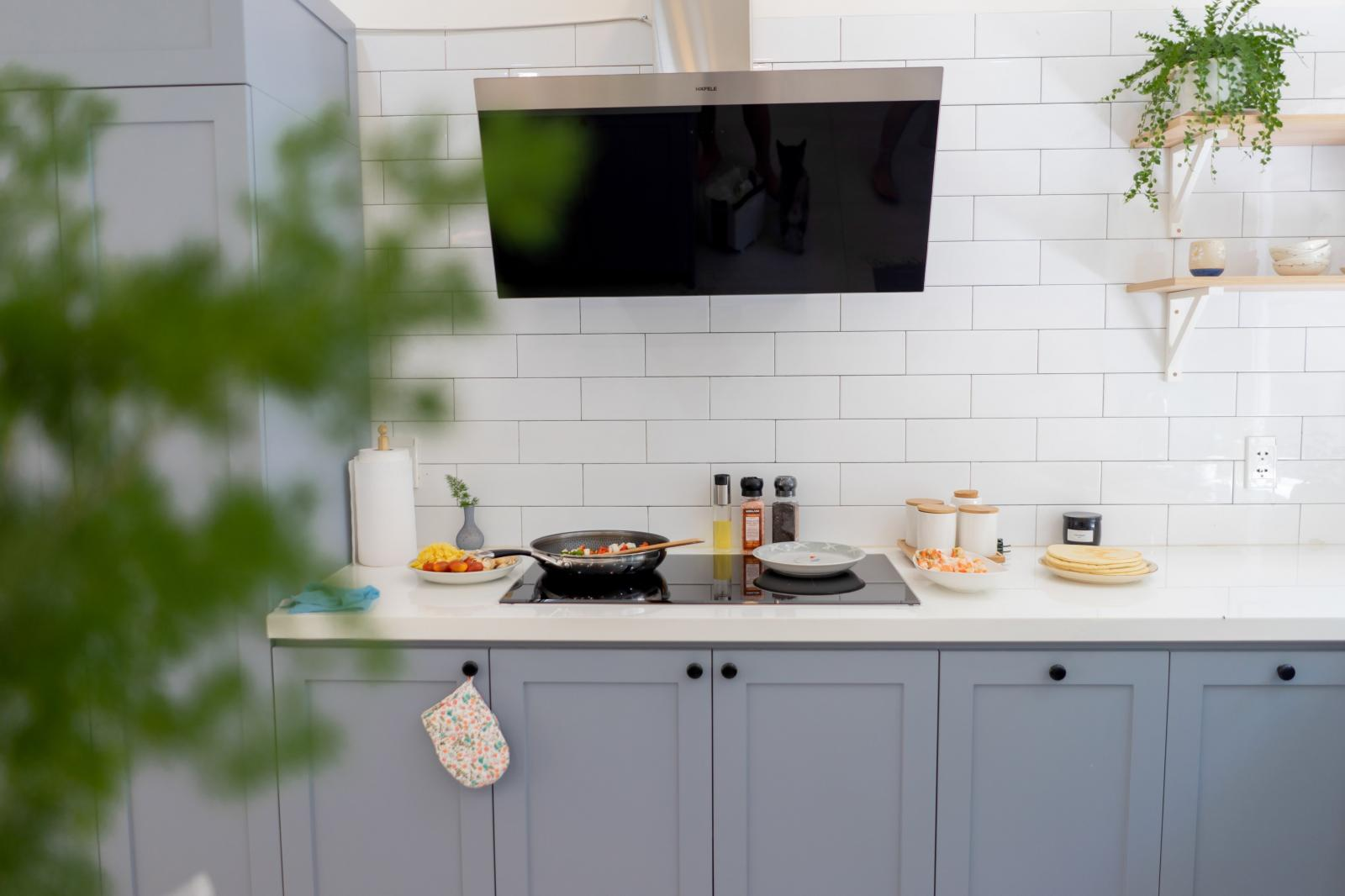 Căn bếp tông trắng phối cùng màu ghi, nâu sáng rất hài hòa, dịu mắt.