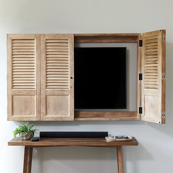 Ti vi được giấu gọn sau chiếc tủ gỗ