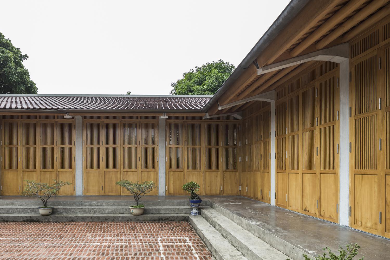 Toàn bộ hệ cửa và nội thất trong nhà sử dụng gỗ xoan có nguồn gốc địa phương.