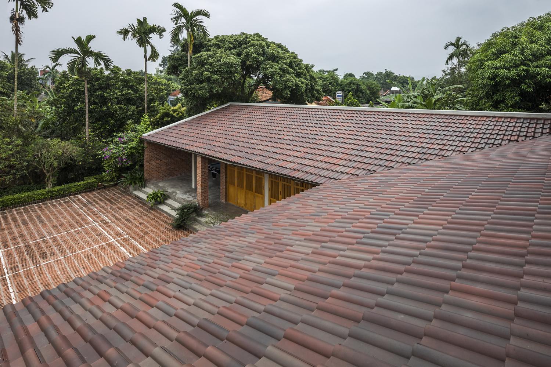 Mái nhà lợp ngói, sử dụng hệ kết cấu kết hợp với bê tông để tiết kiệm chi phí, tăng độ bền chắc.
