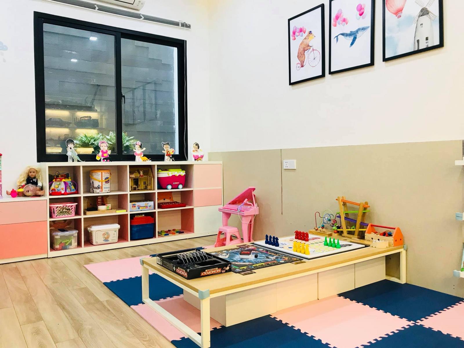 Góc của bé gái và khu vực chơi chung ở giữa phòng.