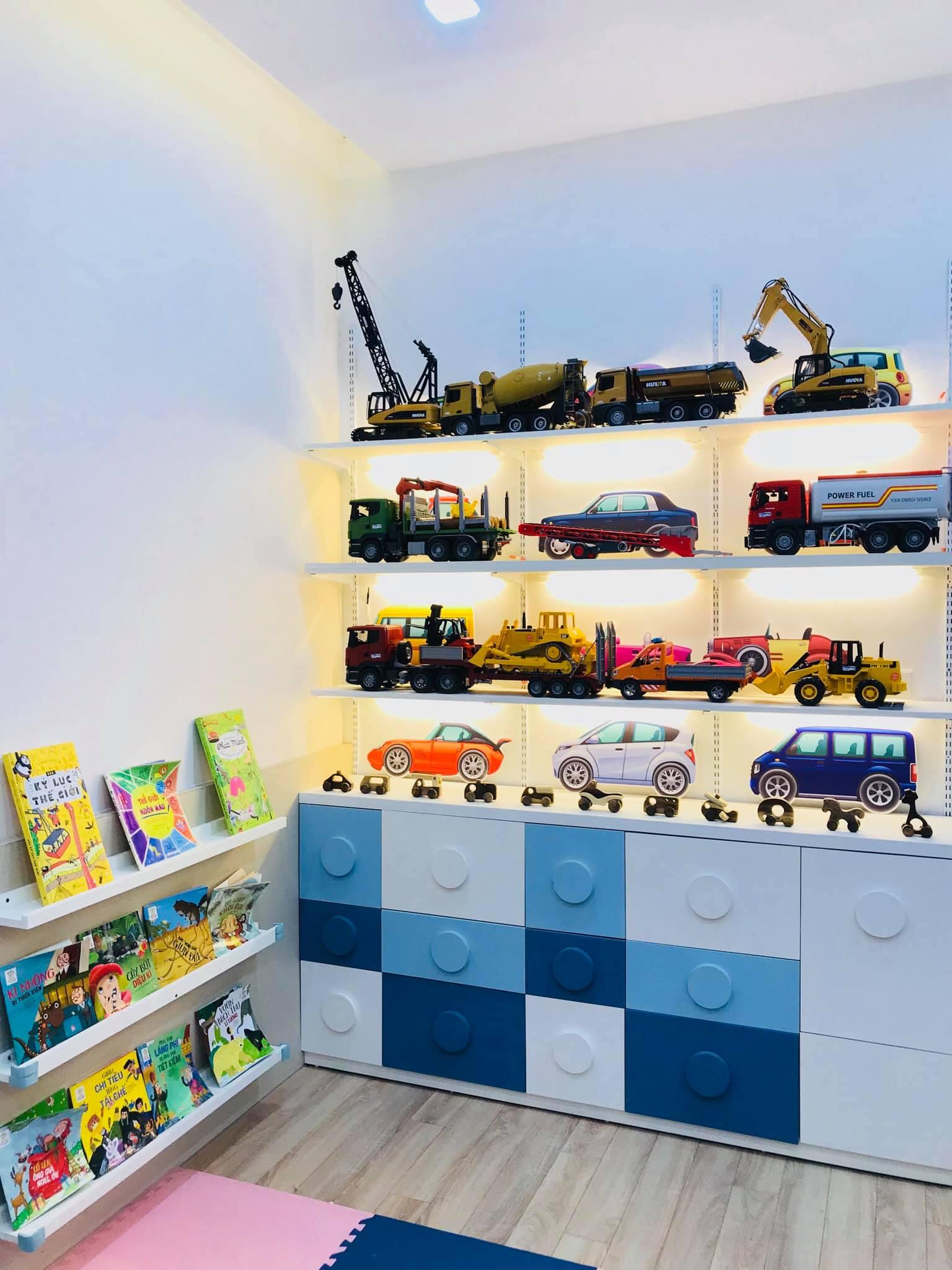 Góc trưng bày xe đồ chơi của bé trai.