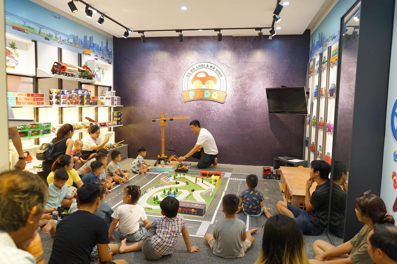 Anh Nhân tổ chức một số buổi tụ họp, mời các bé đến chơi, trải nghiệm các mô hình đồ chơi do anh thiết kế.