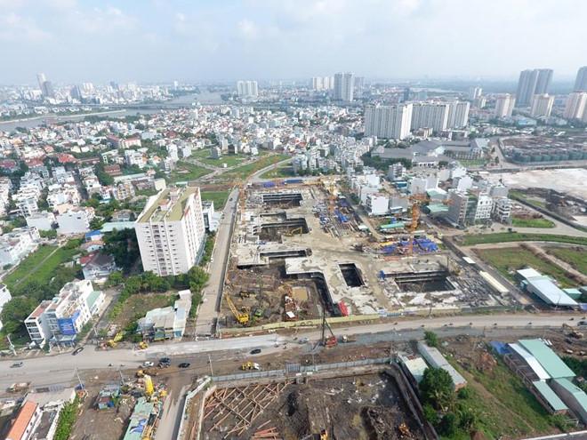một góc thành phố nhìn từ trên cao có nhiều công trình nhà ở, đường giao thông, bãi đất trống