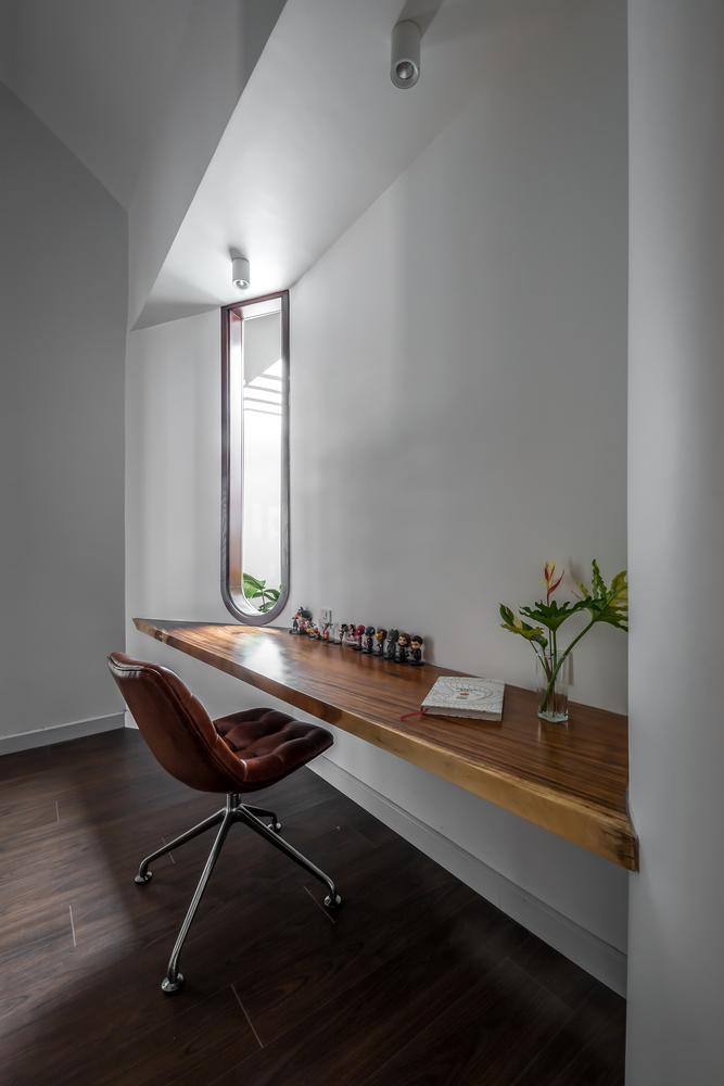 góc học tập với bàn gỗ dài cạnh cửa sổ