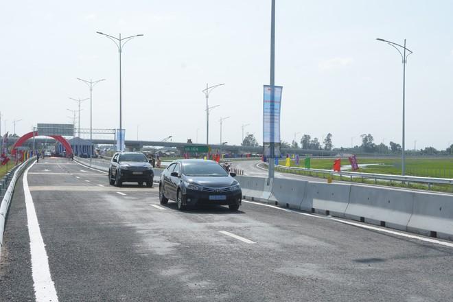 xe ô tô đang chạy trên cao tốc