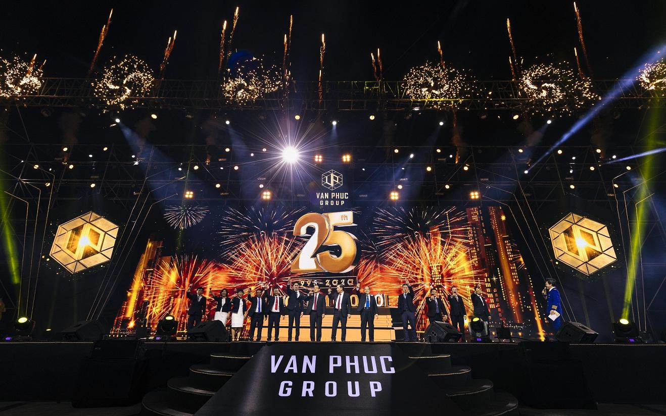 Sân khấu lễ kỷ niệm 25 năm thành lập Van Phuc Group.