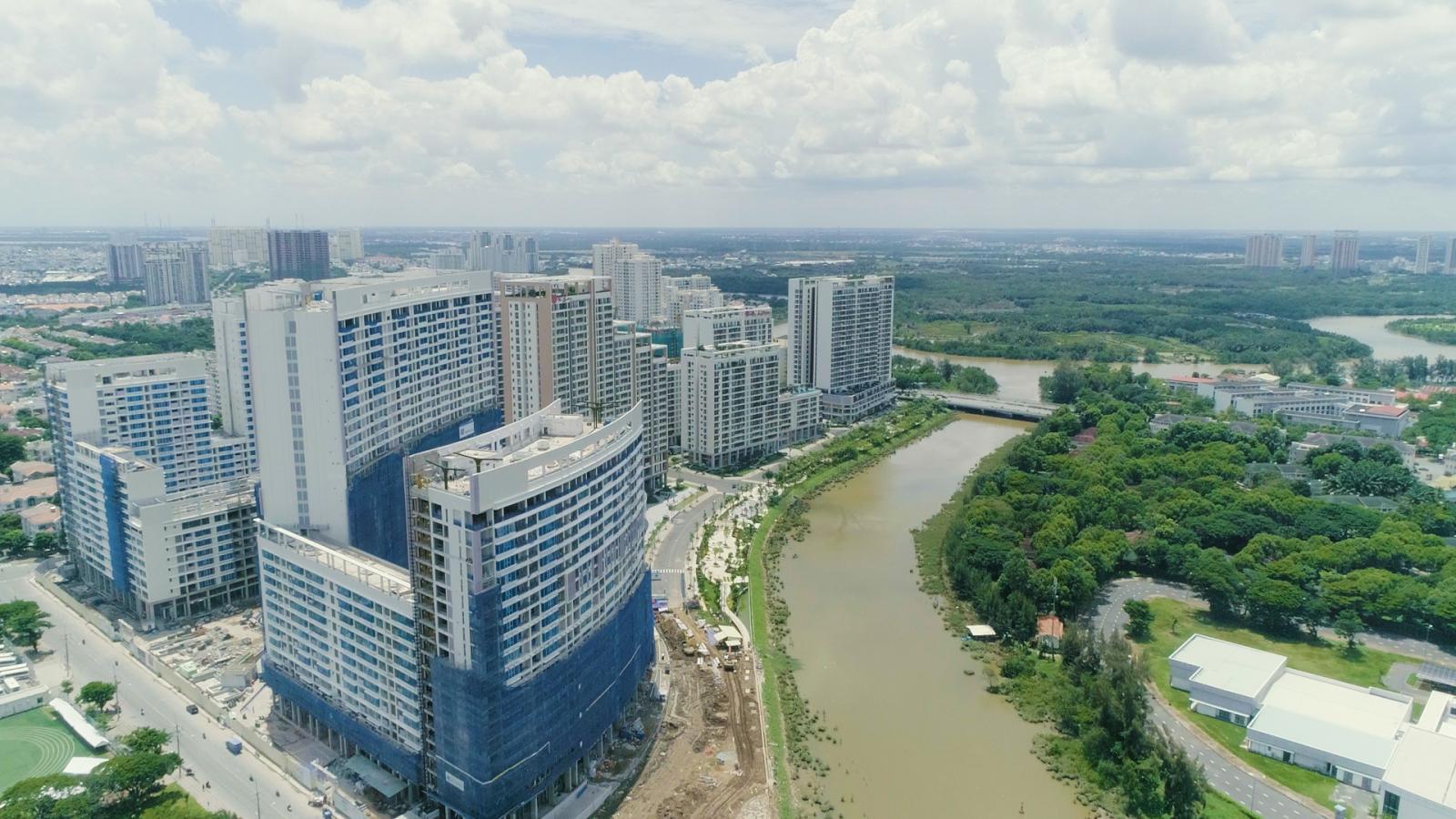 Midtown Phú Mỹ Hưng nằm ngay khu vực nối giữa khu Nam Viên với khu Thương mại Tài chính Quốc tế, phía trước mặt là sông Cả Cấm