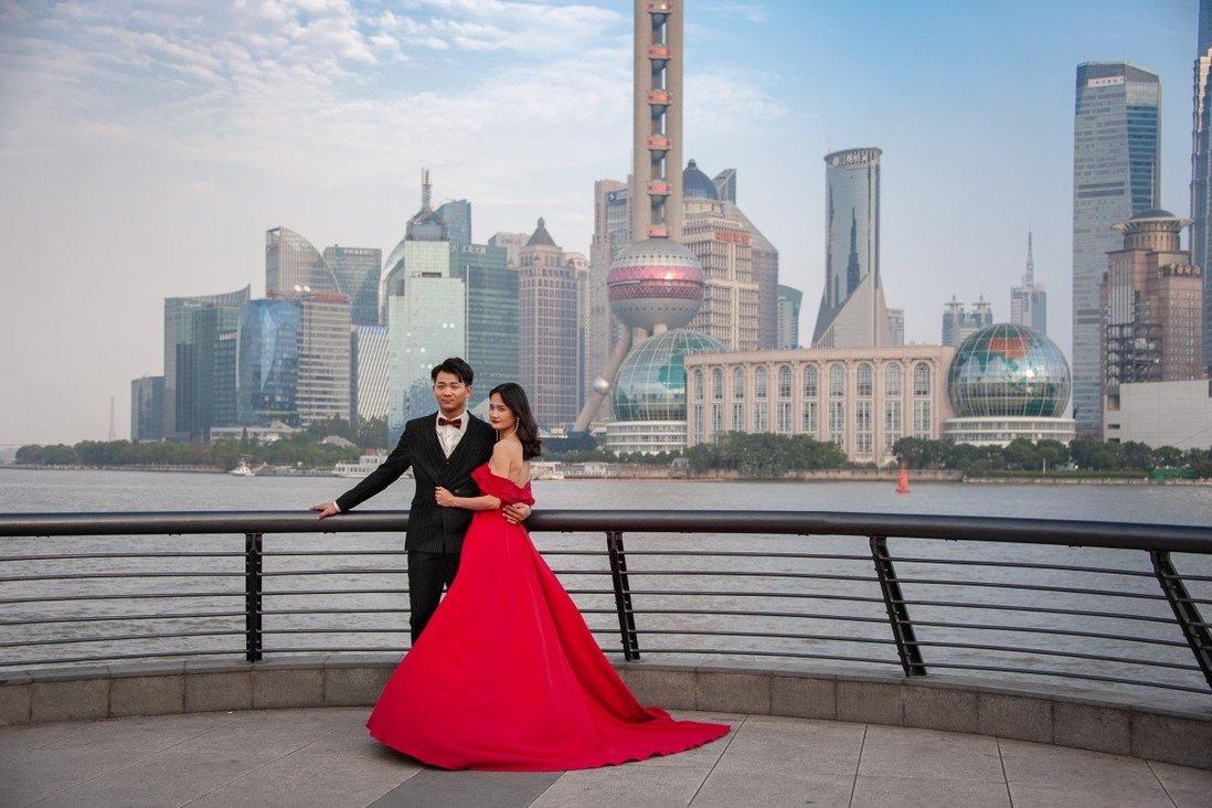 Cặp đôi trẻ chụp ảnh cưới ở bến Thượng Hải