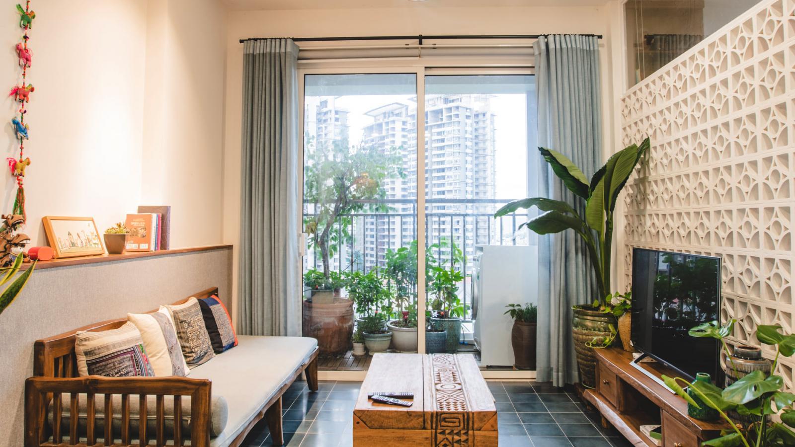 Phòng khách căn hộ nhìn ra ban công xanh mát.