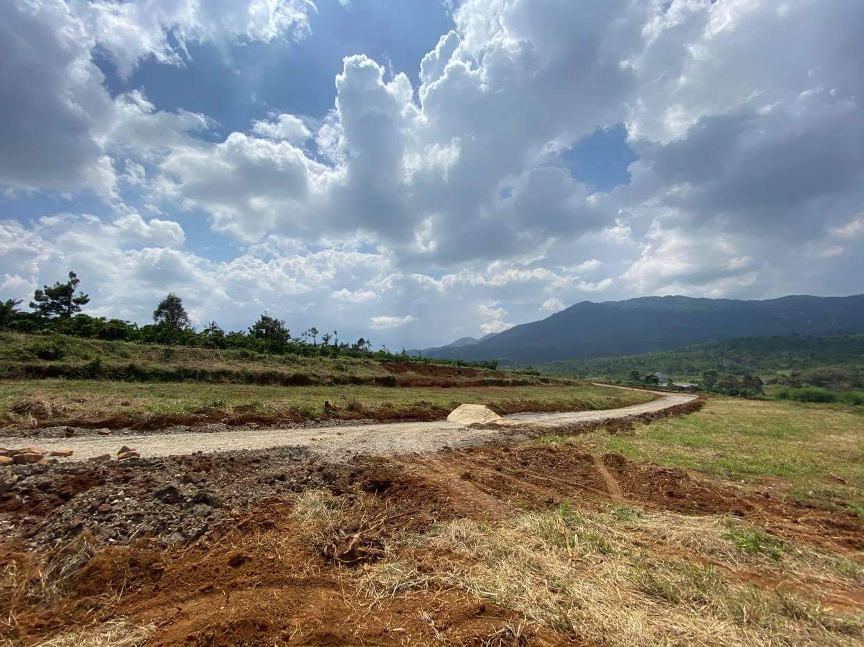 khu đất nông nghiệp gần đồi núi