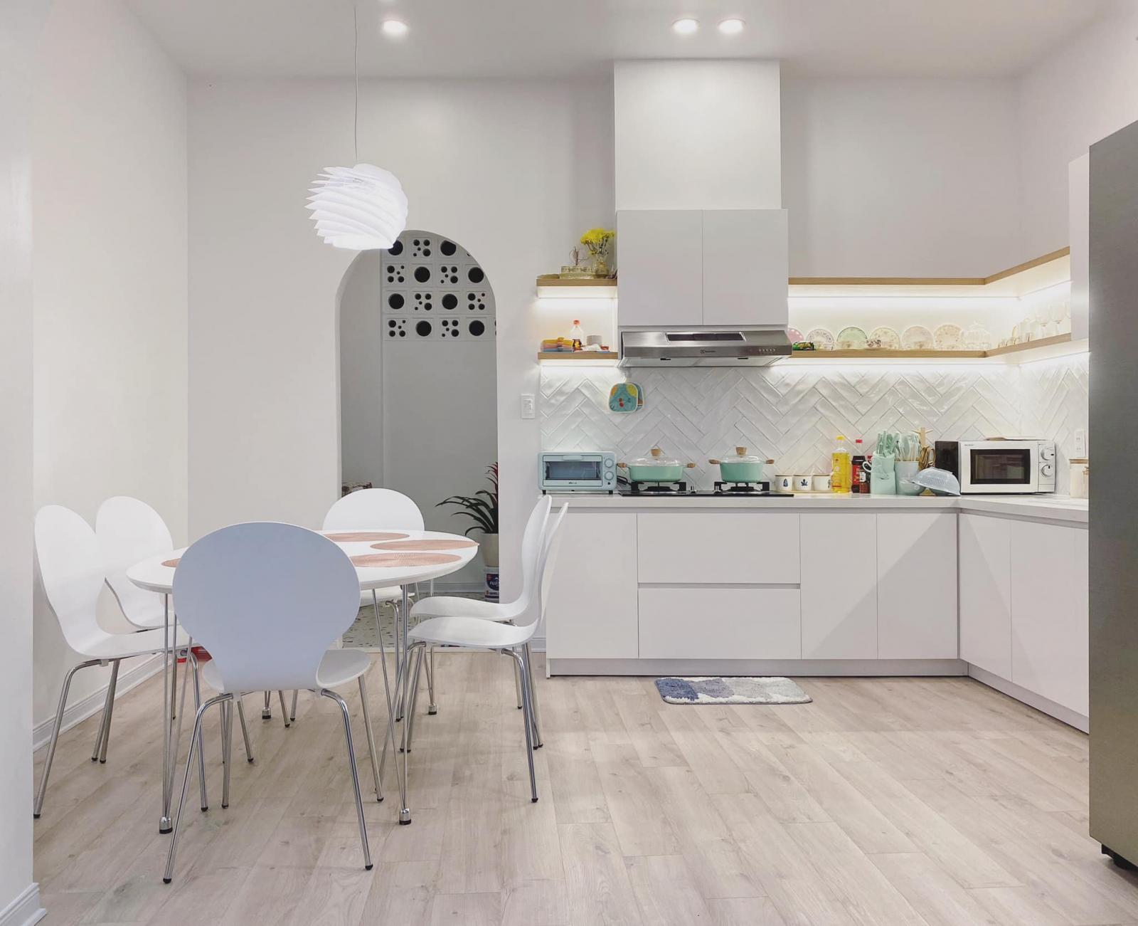 Phòng bếp tiếp tục sử dụng tông trắng chủ đạo.