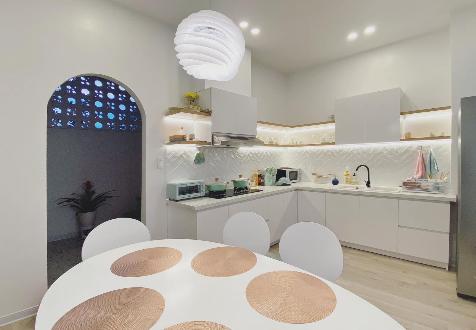 Tường gạch bông gió vừa lấy sáng và thông gió tốt hơn, vừa tăng hiệu quả thẩm mỹ của ngôi nhà.