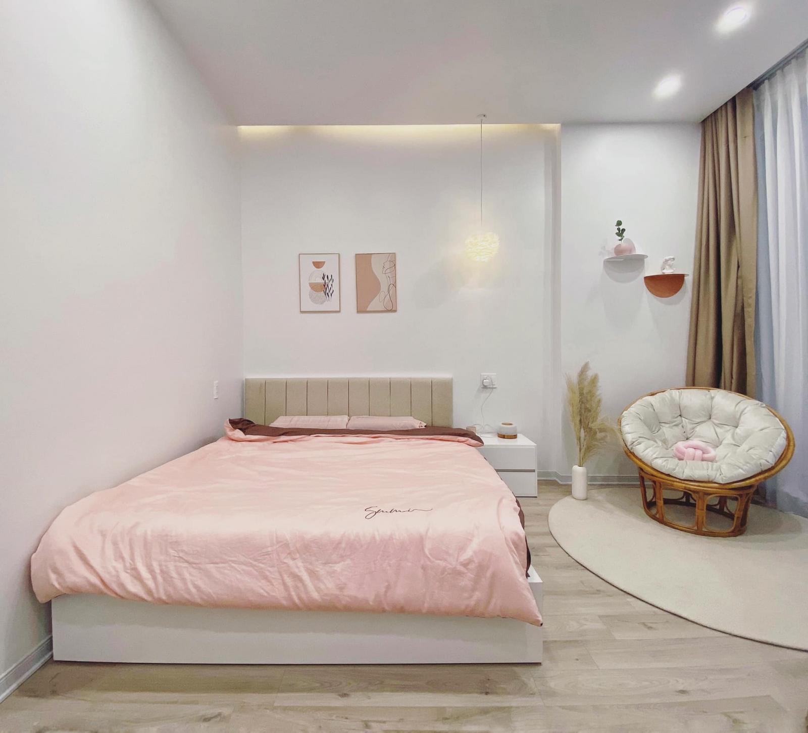 Phòng ngủ chính của hai vợ chồng ở tầng 2.