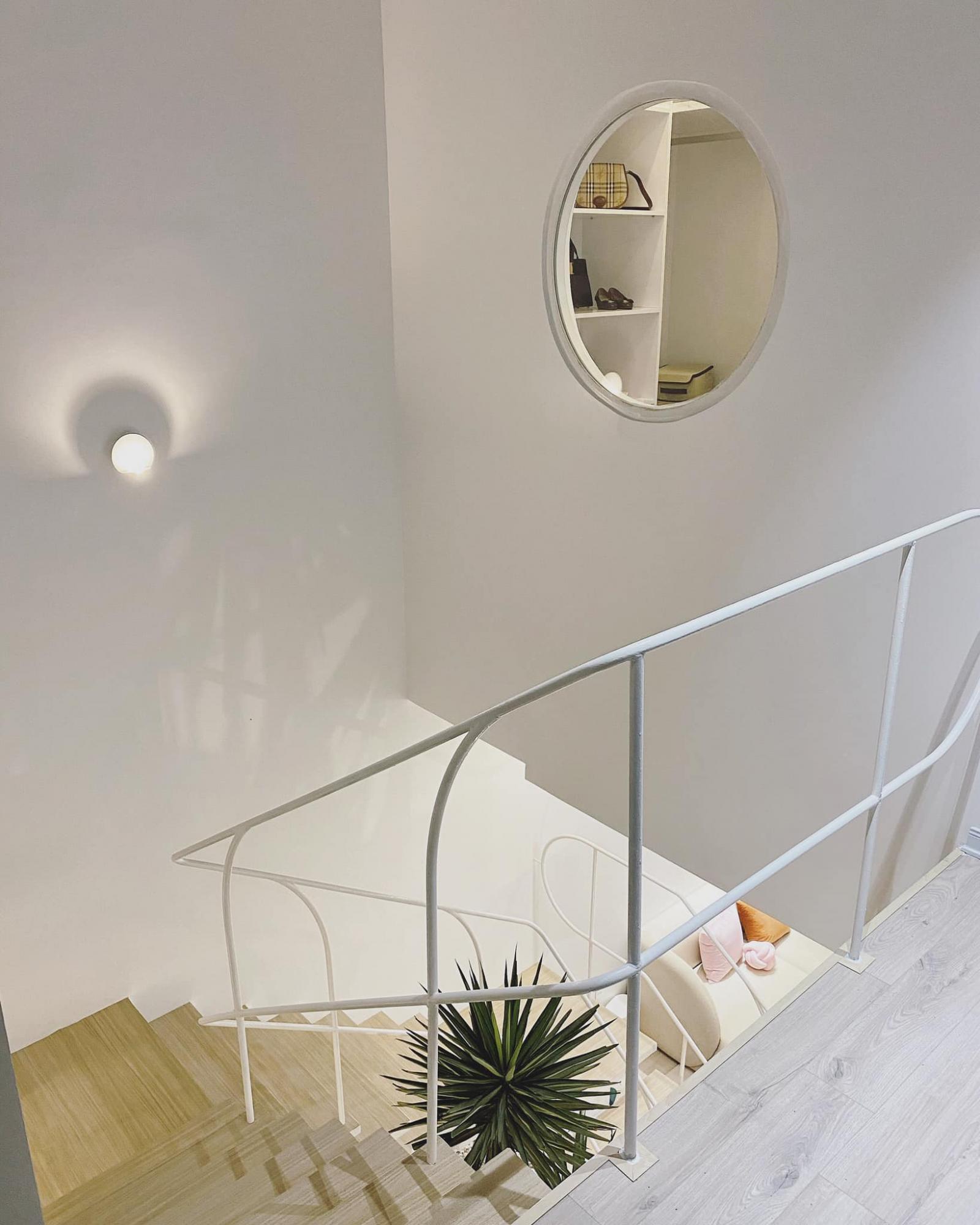 Cầu thang được thiết kế đơn giản, đường nét mỏng manh là điểm nhấn của ngôi nhà.
