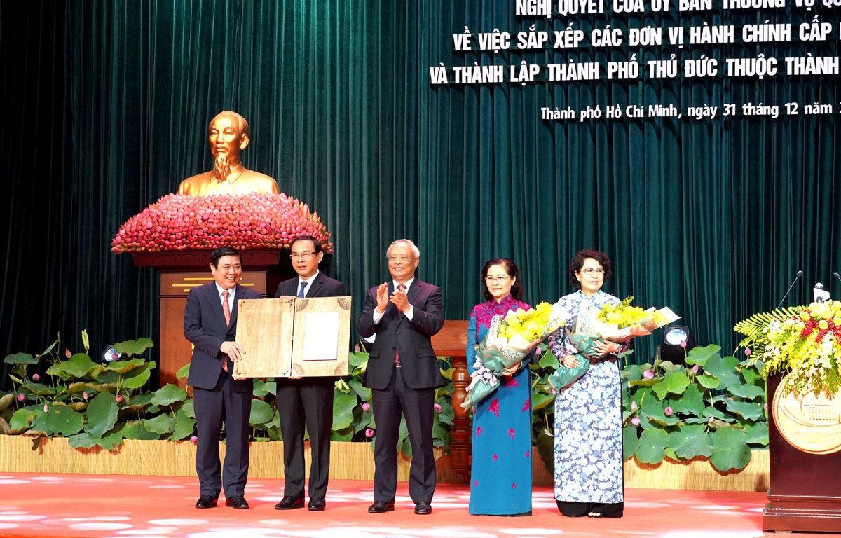 Ông Uông Chu Lưu trao nghị quyết thành lập thành phố Thủ Đức