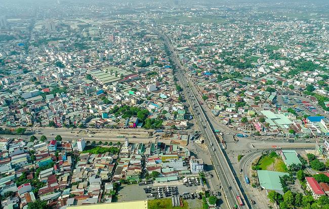 thành phố có nhiều công trình xây dựng, đường cao tốc nhìn từ trên cao