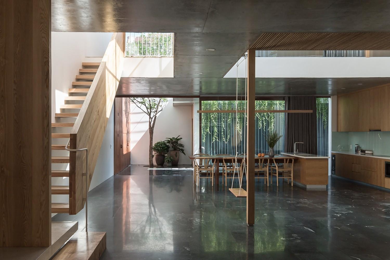 Không gian sinh hoạt chung gồm phòng khách, bếp và bàn ăn được bố trí ở tầng 1 nhằm khuyến khích sự tương tác giữa các thành viên trong gia đình.