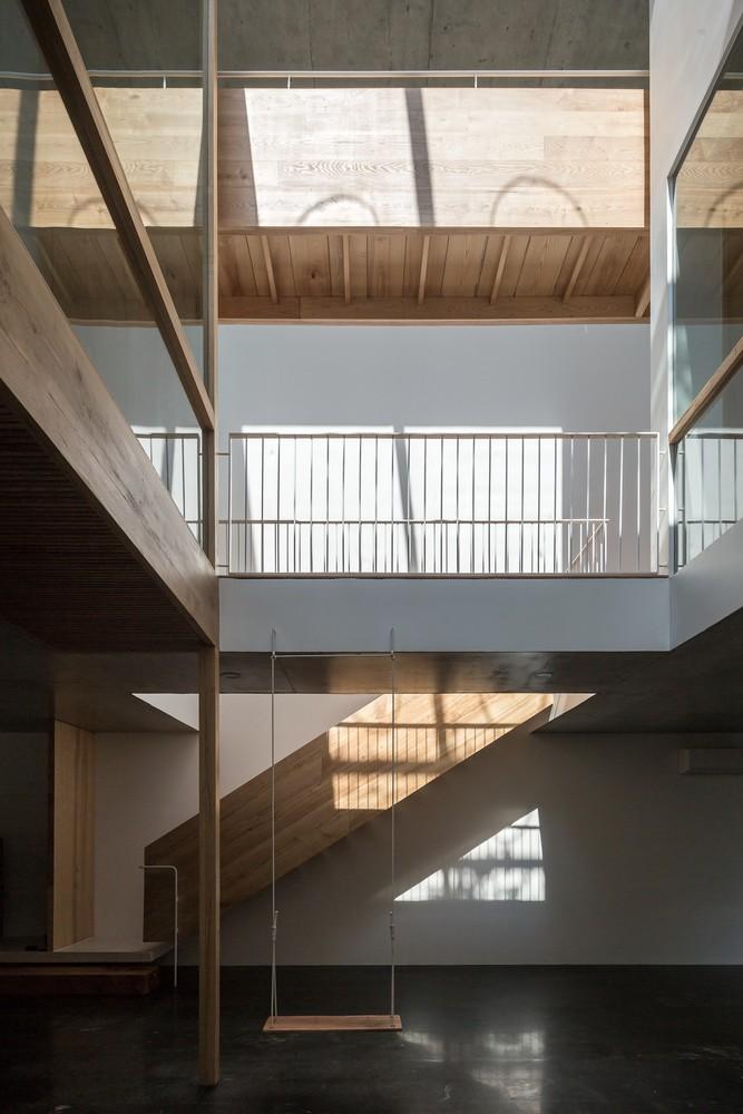 Cầu thang kết nối các tầng tiếp tục sử dụng gỗ sồi làm vật liệu chủ đạo.