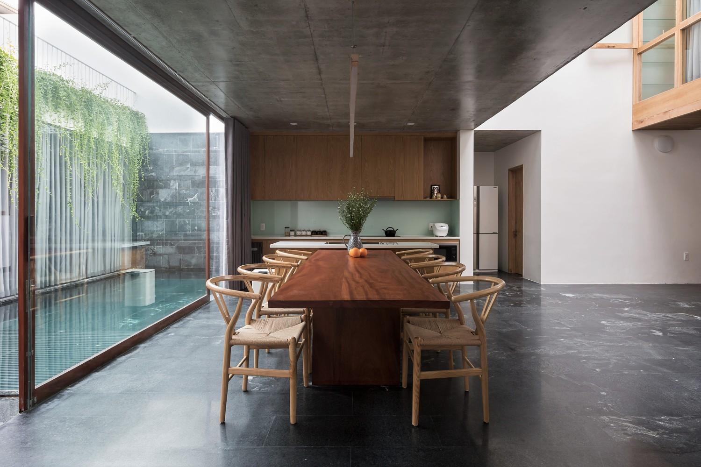 Cạnh bàn ăn là bể bơi nhỏ, phía trên có những dây leo cúc tần Ấn Độ rủ xuống rất đẹp mắt.
